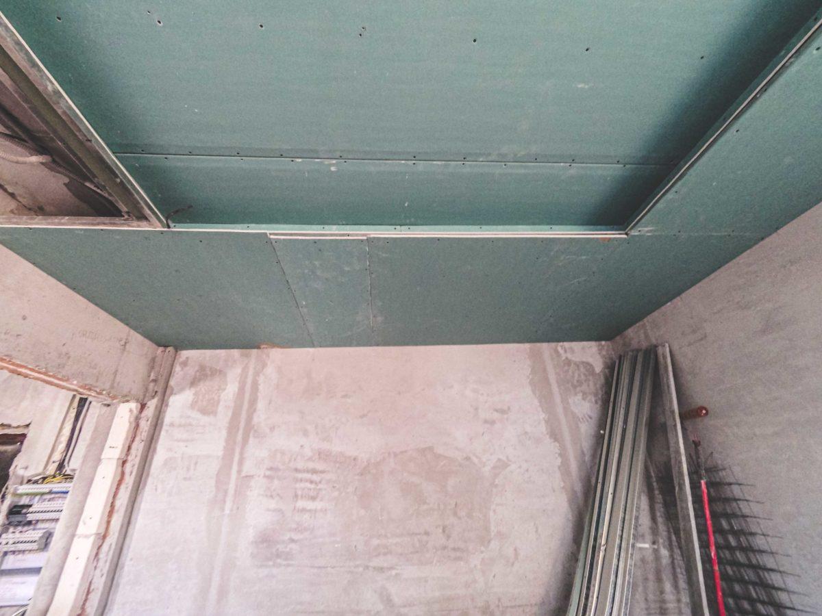 двухуровневый потолок в сталинке монтаж