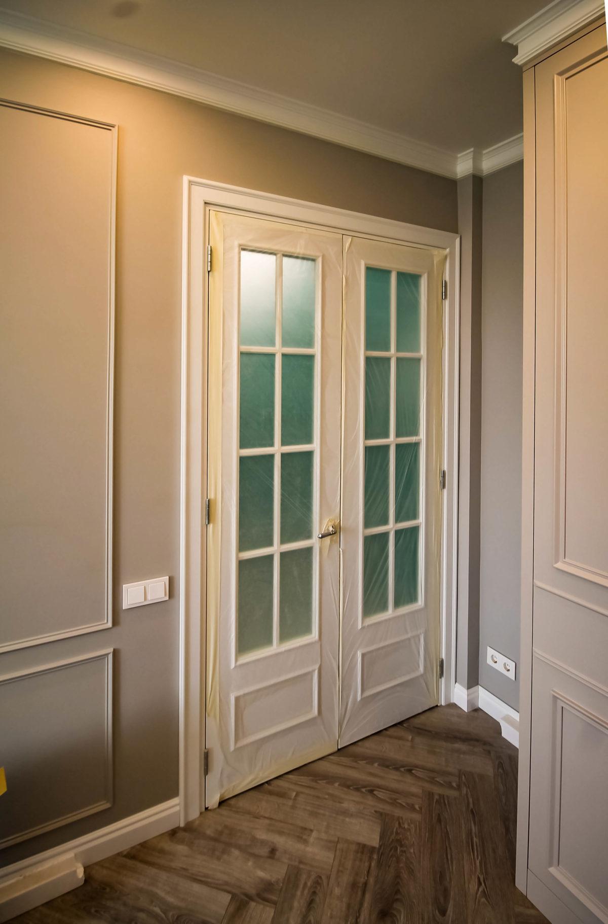 Дверь из гостинной во входную группу